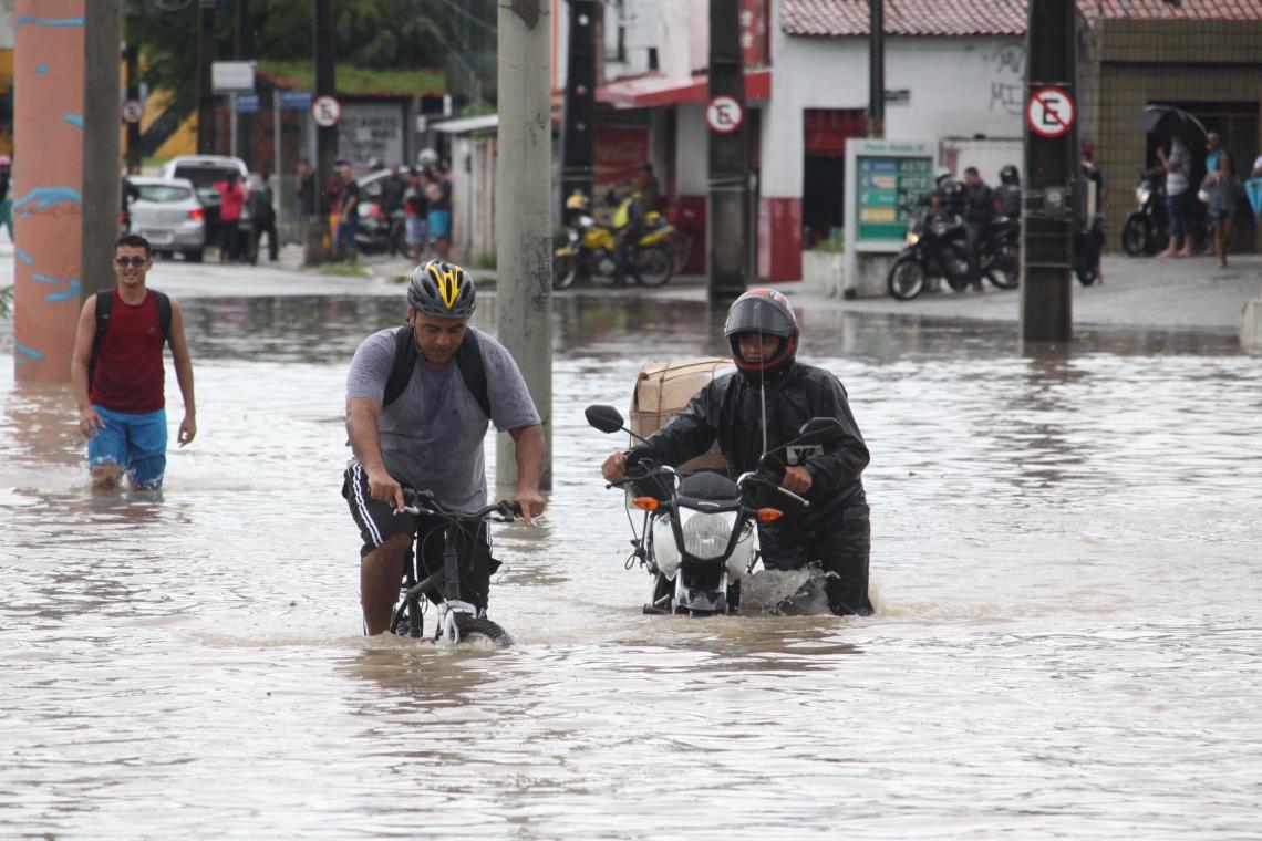 FORTALEZA, CE, BRASIL, 04-04-2019: Grande chuva que caiu em Fortaleza, deixou a avenida Alberto Craveiro ao aldo Makro, que liga o Aeroporto a BR-116, no bairro Dias Macedo,fica intransitável. (Foto: Mauri Melo/O POVO).