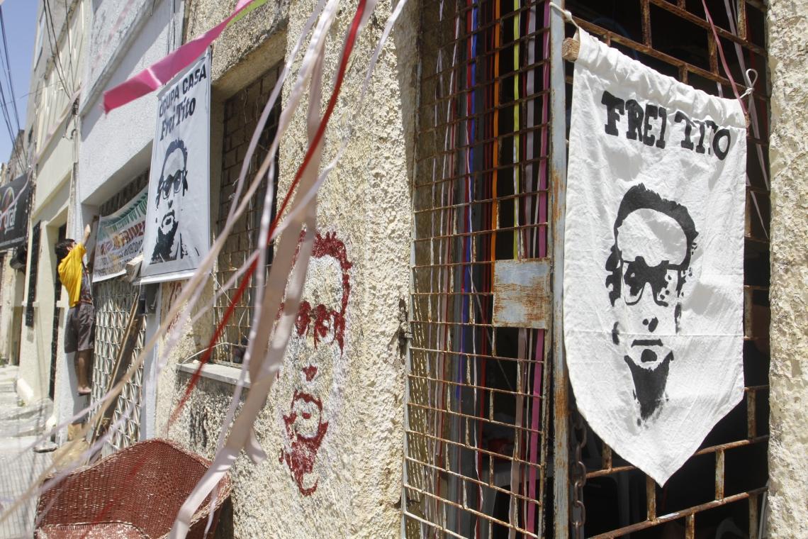 FORTALEZA, CE, BRASIL, 06-09-2018: Fotos do Frei tito Alencar, expostas em parede. Movimentos sociais ocupam a Casa Frei Tito de Alencar. (Foto: Evilázio Bezerra/O POVO)