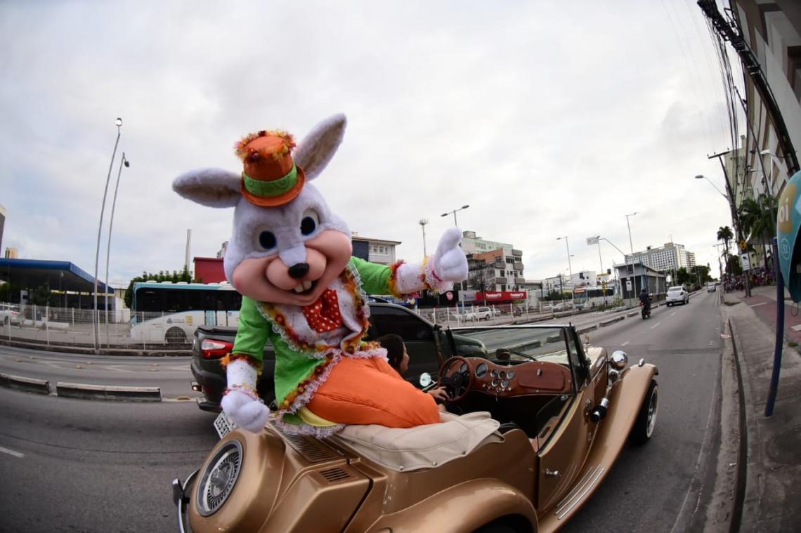 O coelho chegou ao shopping no início da tarde deste domingo, 7, para fazer a diversão da criançada