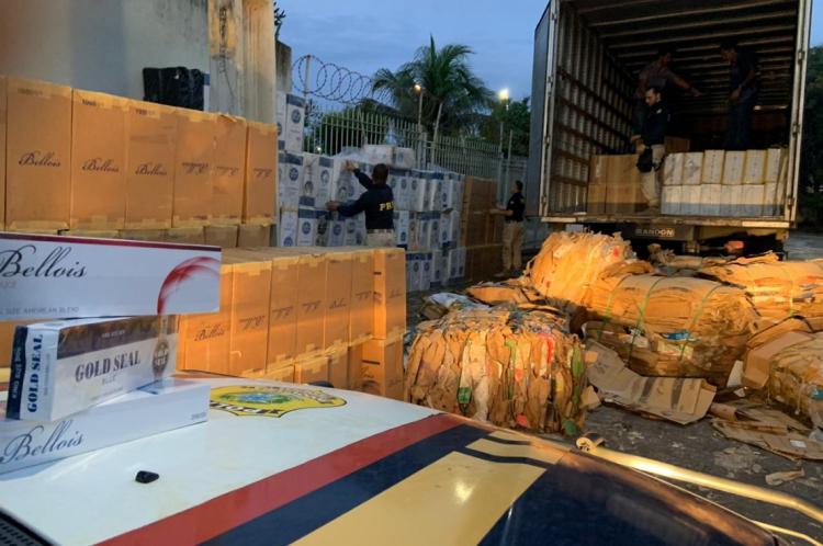 Agentes da Polícia Rodoviária Federal apreenderam, aproximadamente, 250 mil maços de cigarros paraguaios contrabandeados nesse sábado, 6.