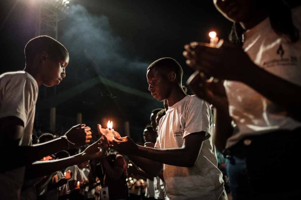 JOVENS fizeram vigília para lembrar as vítimas do genocídio