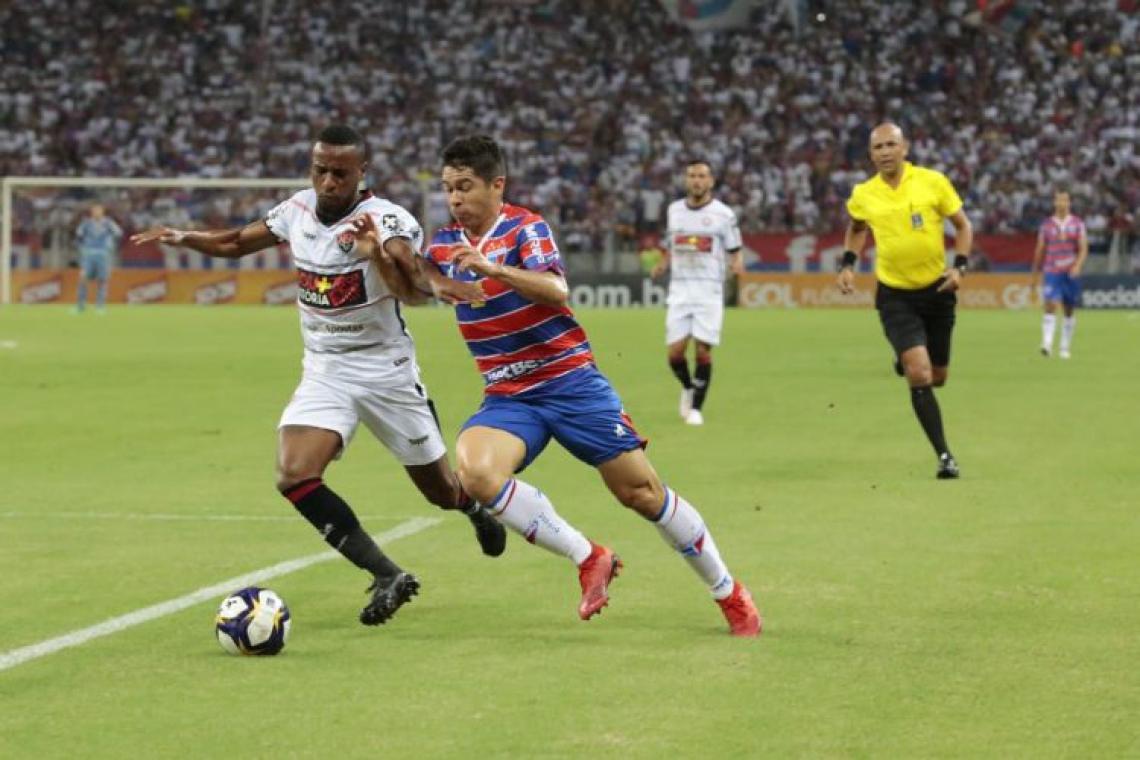 Osvaldo tenta drible contra marcador do Vitória