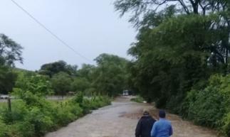 Chuvas inundaram estradas, impedindo a passagem dos alunos