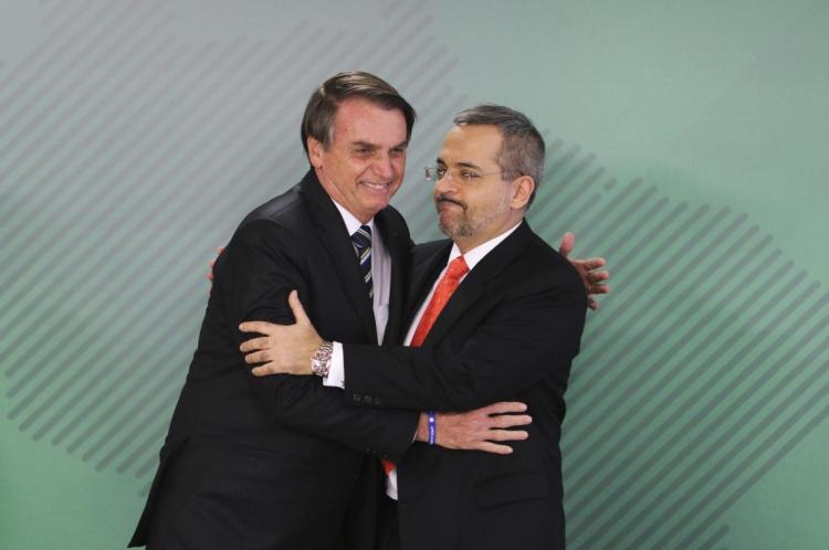 O presidente Jair Bolsonaro empossou Abraham Weintraub no MEC, ontem, no Palácio do Planalto.