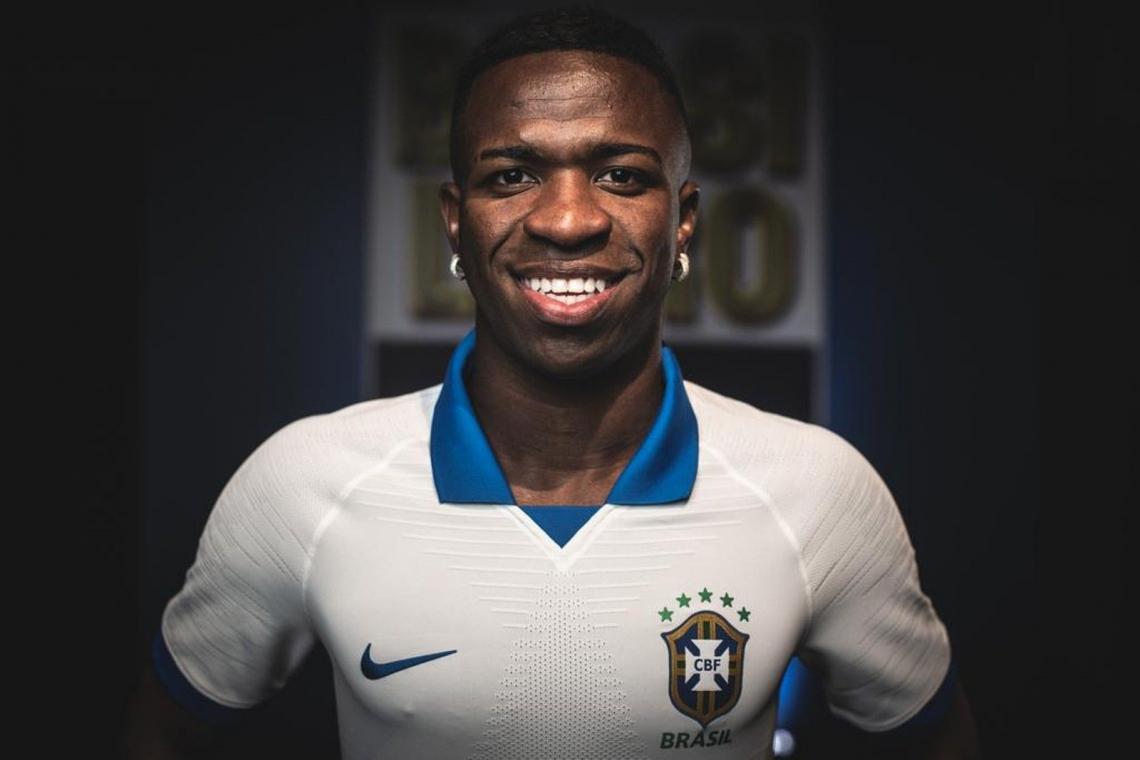 Seleção Brasileira apresentou novo uniforme de cor branca com Vinícius Jr. como destaque
