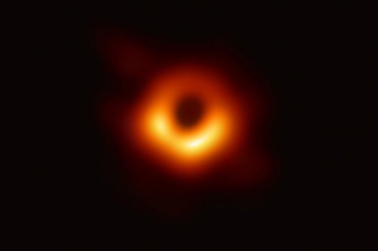 A primeira imagem de um buraco negro foi divulgada na quarta-feira