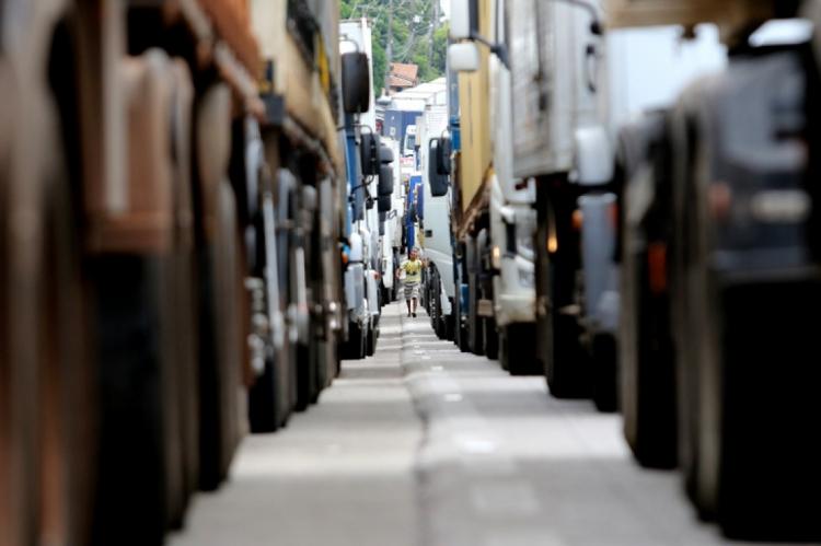 Caminhoneiros parados em estrada do Ceará