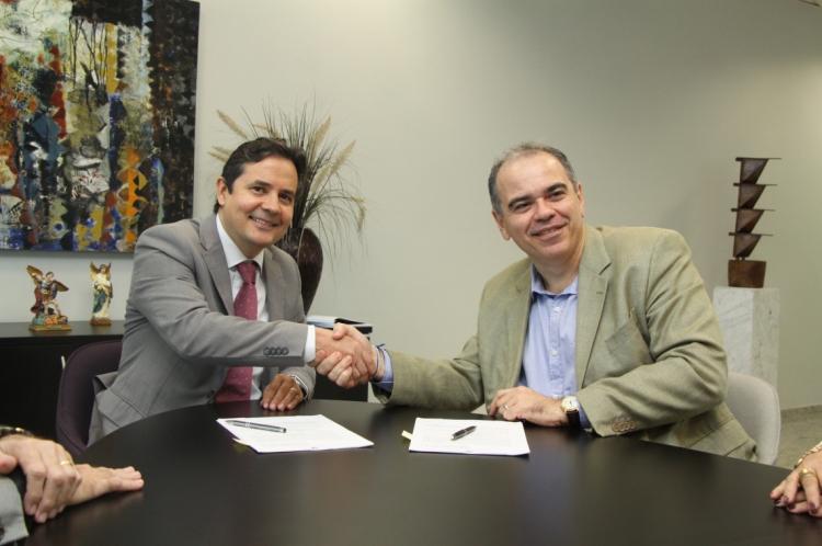 João Dummar Neto e Edilberto Carlos Pontes Lima assinaram o contrato para firmar a parceria nesta quarta-feira, 10.