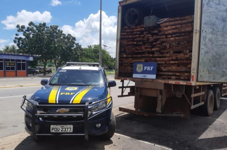 Carga de madeira irregular apreendida em Sobral.