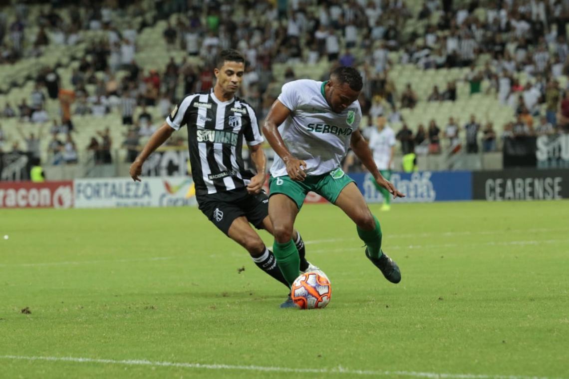 Ceará está em campo com força máxima, com Ricardo Bueno no comando de ataque.