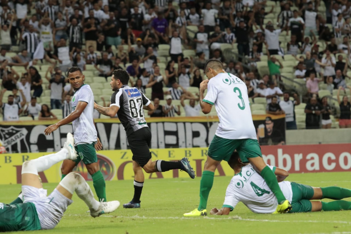 Leandro Carvalho foi um dos destaques do jogo, com dois gols.