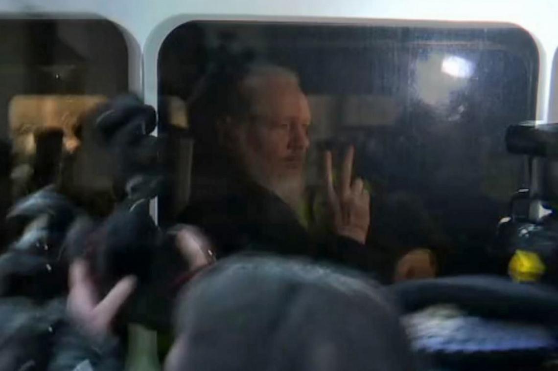 Fundador do WikiLeaks, Julian Assange, quando era conduzido pela polícia