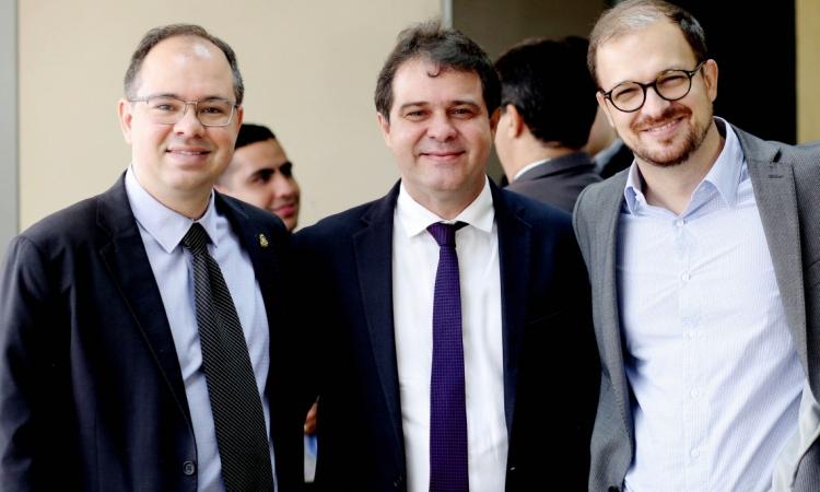 Daniel Aderaldo (último à direita), chefe de coordenação de Comunicação Social do Legislativo/CE, com Renato Borges (diretor da TV Assembleia) e o deputado Evandro Leitão