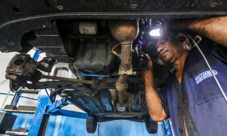 Fortaleza, CE, Brasil, 11-04-2019: Procura por conserto de veículos aumenta após chuvas em Fortaleza. (Foto: Mateus Dantas / O POVO)