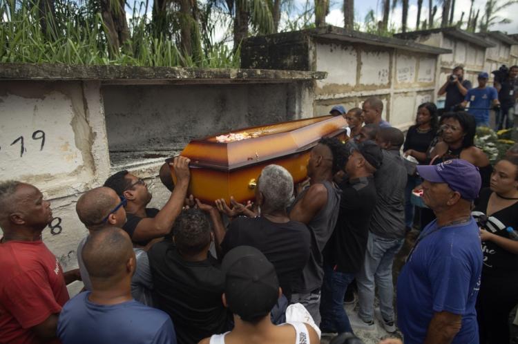 Sob forte comoção e protestos, o corpo de Evaldo dos Santos Rosa foi enterrado nessa quarta-feira, 10, no Rio