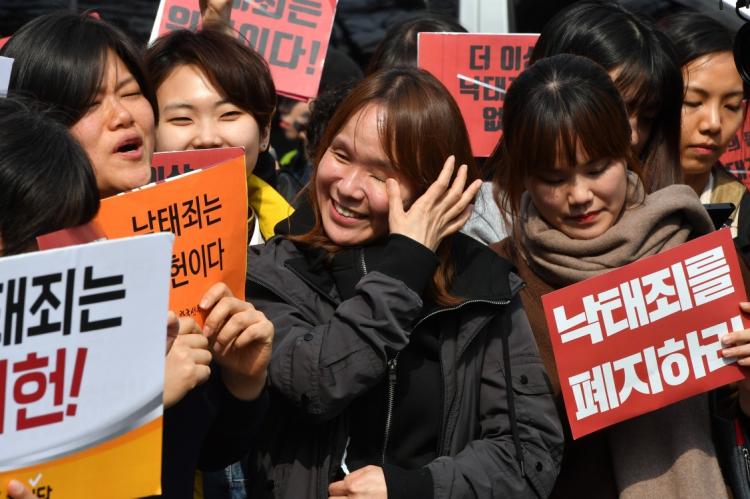 Ativistas dos direitos das mulheres após a divulgação da decisão da Justiça