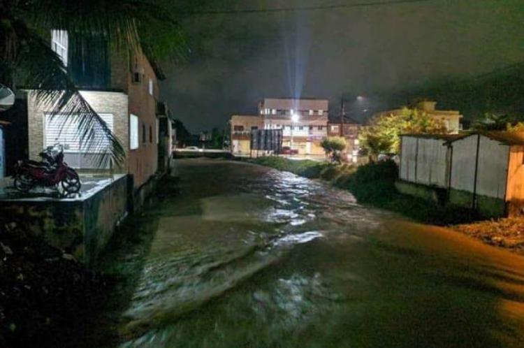 Forte chuva atingiu Itapipoca na noite dessa quarta-feira, 10, e causou alagamento em diversos pontos do município,