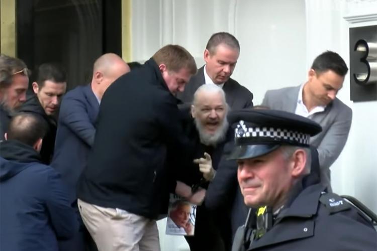 Assange ficou refugiado por sete anos na embaixada do Equador em Londres, até ser preso em abril de 2019 no local. (Foto: Reprodução de Video)