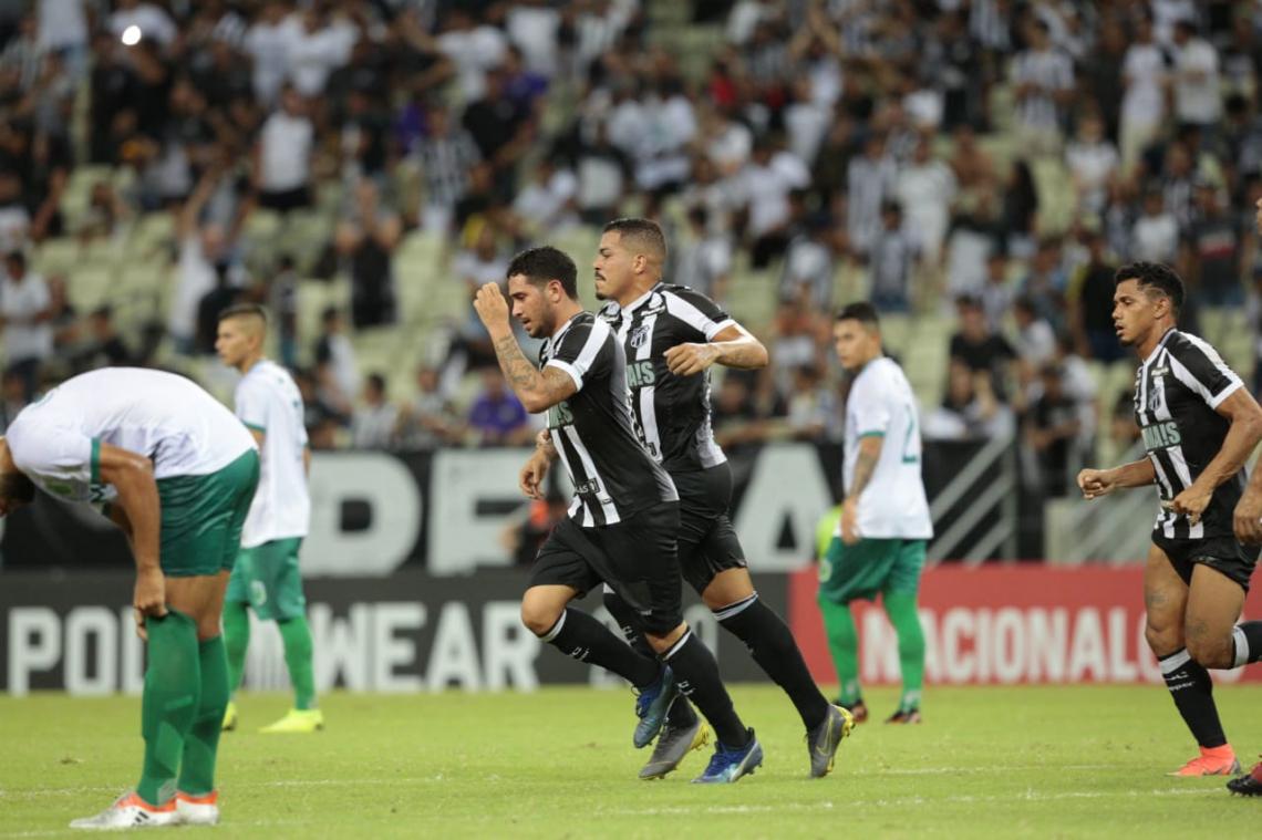 Leandro Carvalho após marcar o primeiro gol do Ceará na partida