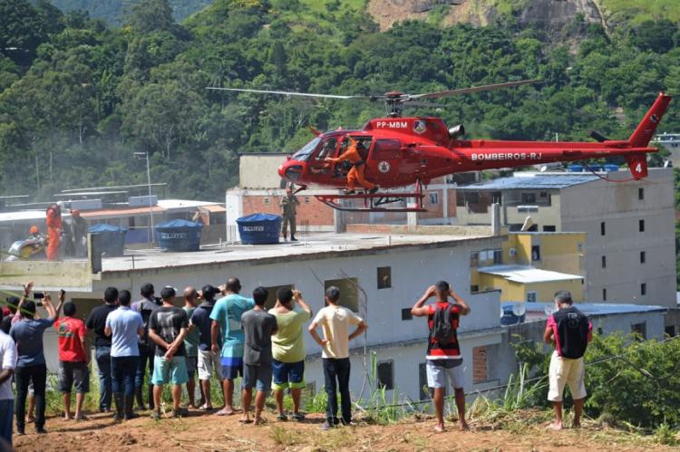 Helicóptero ajudou no resgate das vítimas em Muzema, Rio de Janeiro