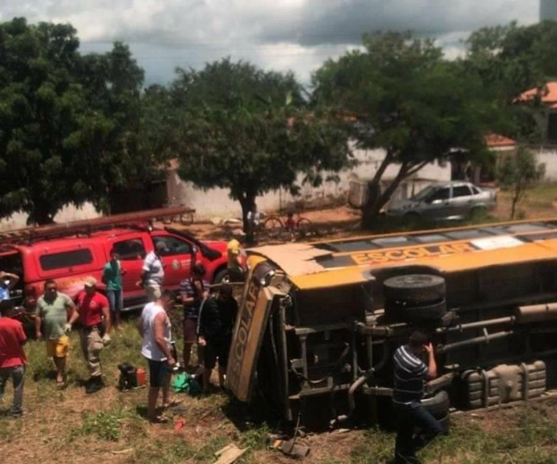 Transporte escolar tombou com estudantes dentro