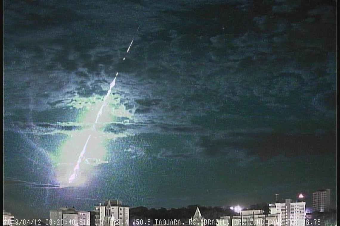 Apesar da queda de meteoros ser comum, o professor Carlos Jung diz que não é frequente o registro
