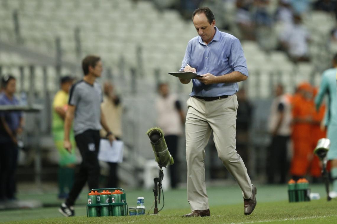 Rogério Ceni, técnico do Fortaleza, caminha no Castelão com sua prancheta
