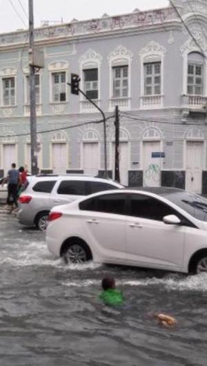 Cruzamento da Avenida Alberto Nepomuceno com Pessoa Anta, na manhã deste domingo