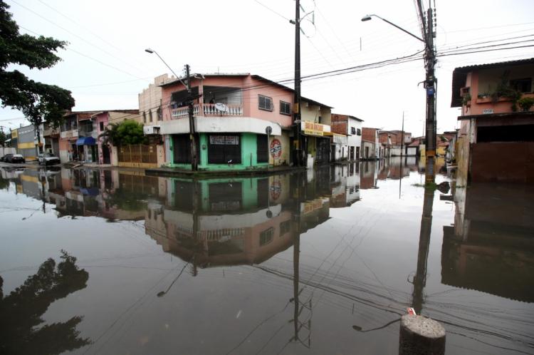 Rua Capitão Olavo com a rua Major José Araújo Aguiar. Período chuvoso aumenta riscos de desabamentos, devido a infiltração de água