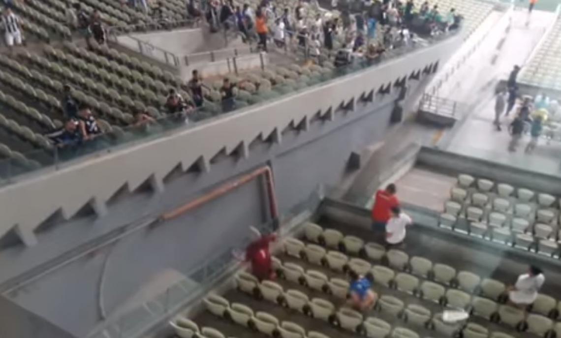 Discussão entre torcedores teve cadeira arremessada