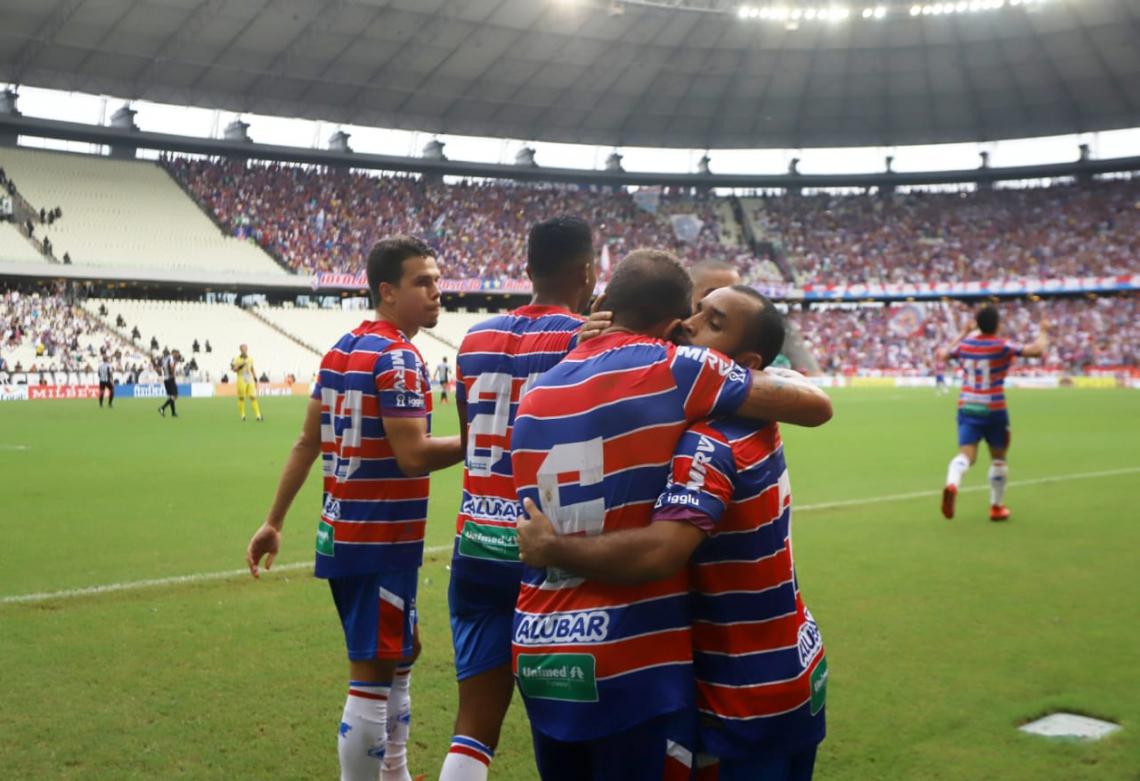 Edinho comemora o 1° gol do jogo com os companheiros de time.