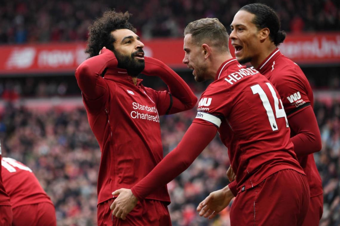 Craque do jogo, Salah celebra o gol da vitória com seus companheiros de time.