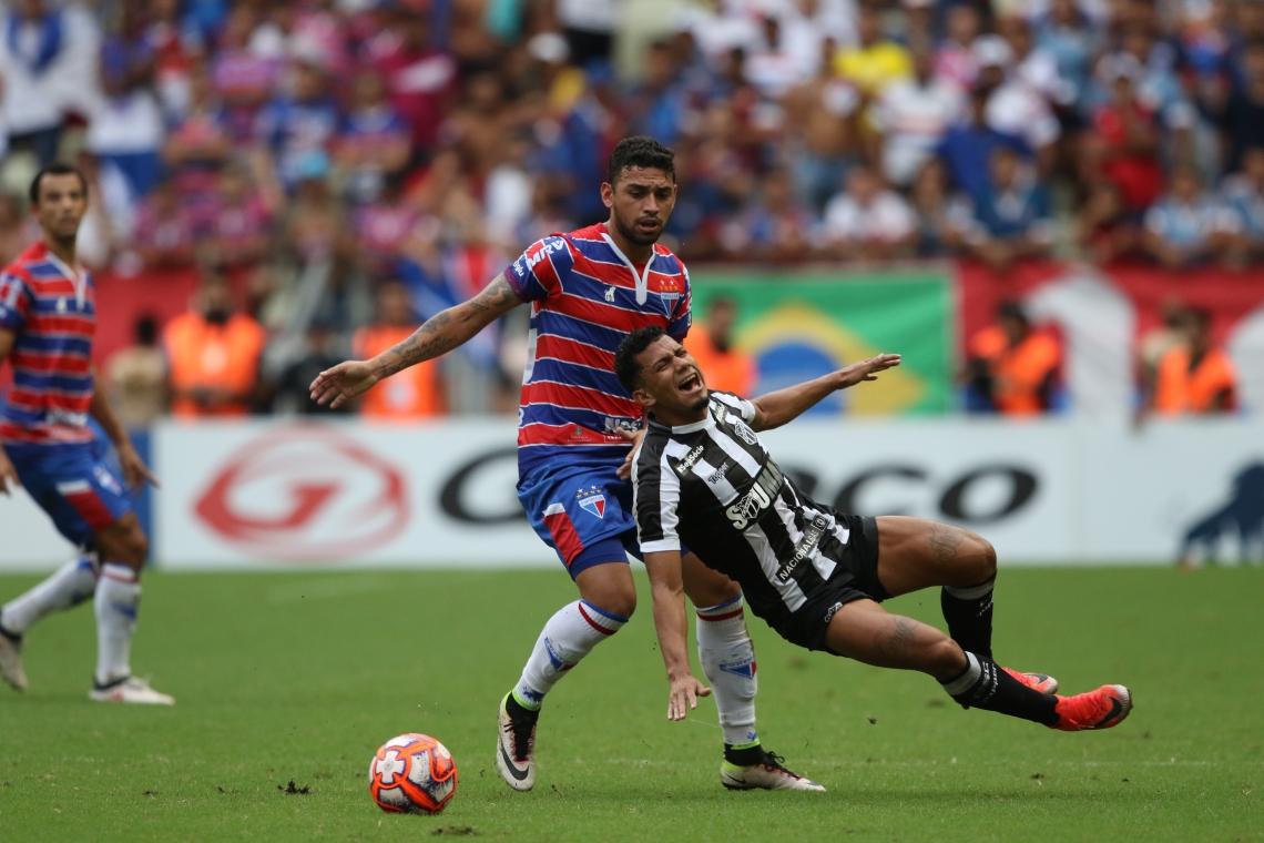 Torcida do Fortaleza vibra no Castelão (no alto); Felipe e Fernando Sobral (Ceará) disputam lance