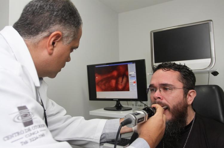 Tiago Zan e o paciente Germano Vital durante atendimento