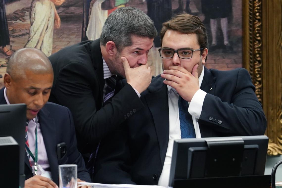 Delegado Valdir, líder do PSL, e Felipe Francischini, durante votação na CCJ