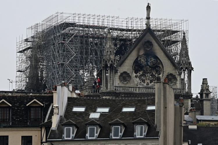 Catedral de Notre-Dame um dia depois de incêndio