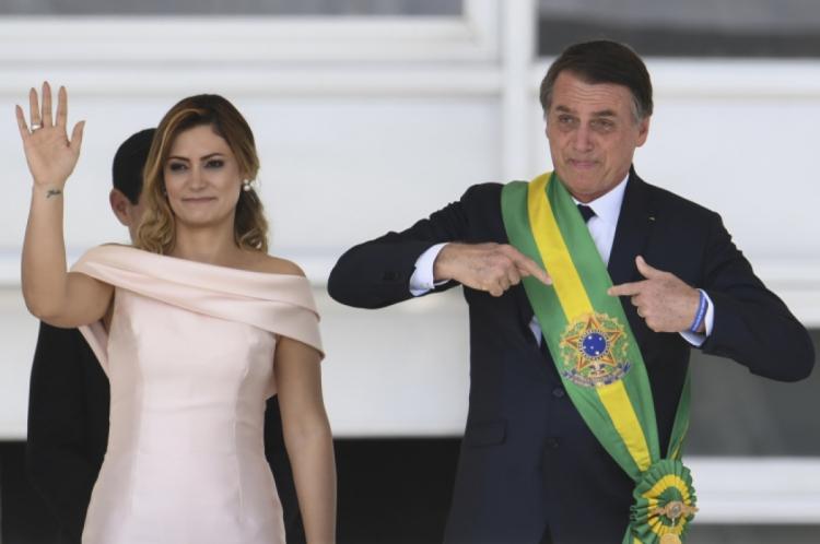 A primeira-dama, natural de Ceilândia/DF, tem ligações com o Ceará. Seu pai, Vicente de Paulo Reinaldo, conhecido como