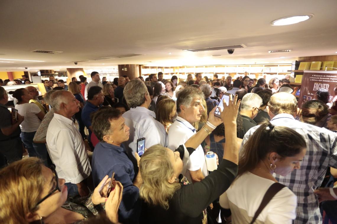 Público lotou auditório e saguão da livraria, nesta segunda