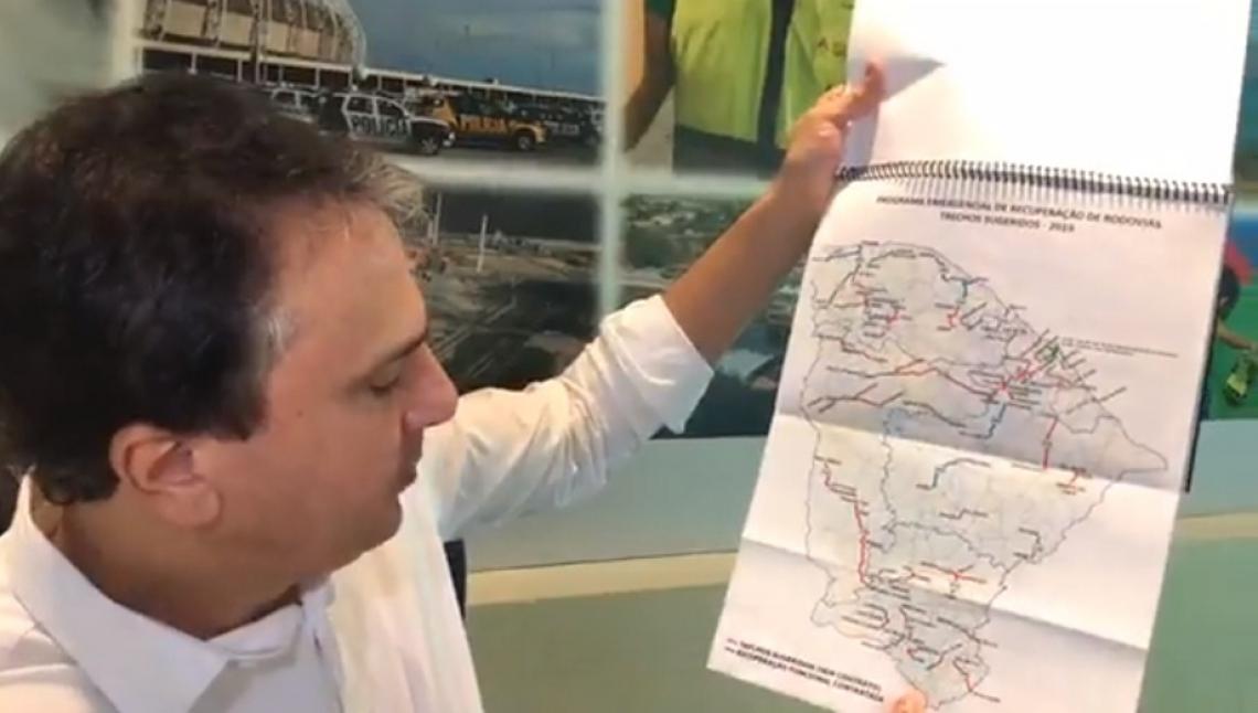 Durante a transmissão, Camilo Santana mostrou o mapa que compõem o relatório do DER, indicando as estradas que precisam de recuperação