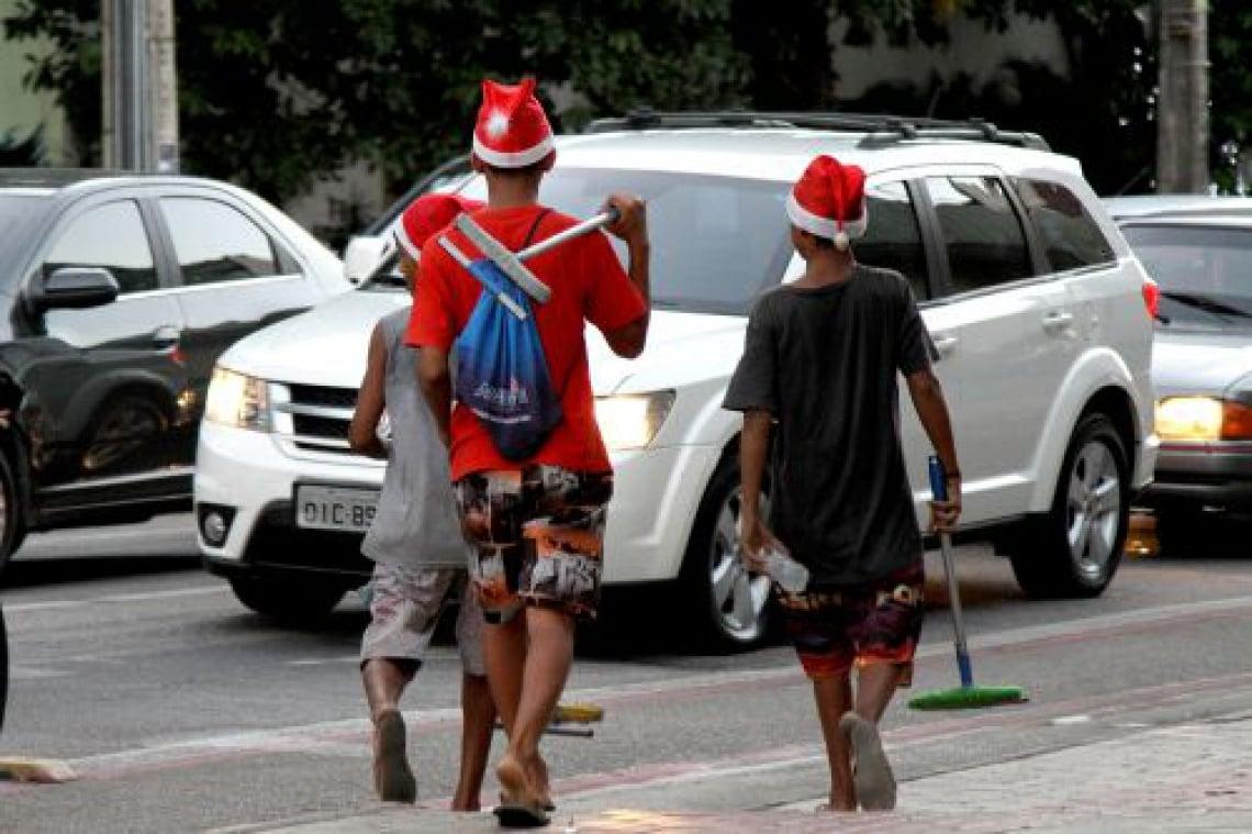 No cruzamento da avenida Antônio Sales com Desembargador Moreira, pelo menos quatro meninos trabalham no semáforo.