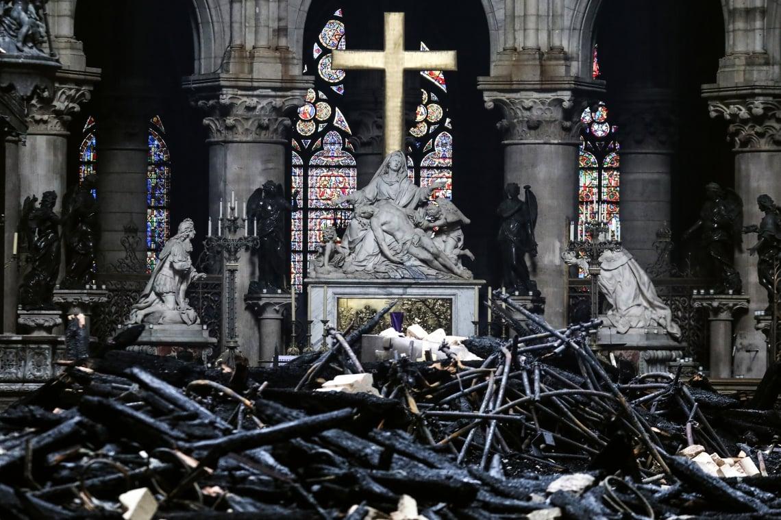 Altar da Notre-dame de Paris após o incêndio, em 15 de abril