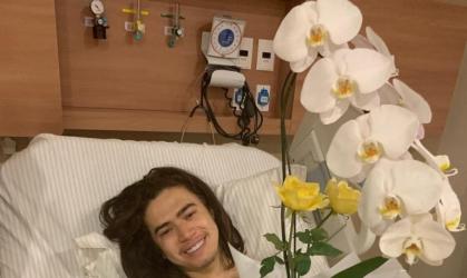 Luísa Sonza leva flores para Whindersson Nunes após cirurgia.