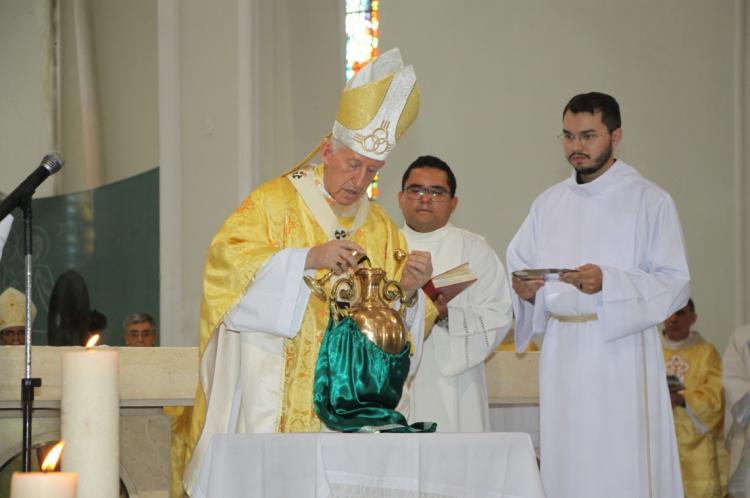 DOM JOSÉ ANTÔNIO abençoa os santos óleos que serão usados nos rituais católicos