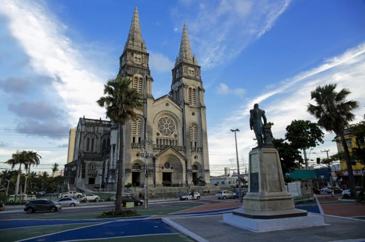 A Catedral Metropolitana de Fortaleza tem mais influência direta da Catedral de Notre-Dame de Chartres do que a Notre-Dame de Paris.