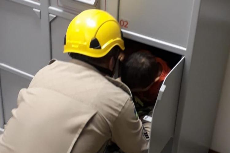 Bombeiros resgatam garoto que ficou preso em guarda-volumes de banco no interior de Goiás.