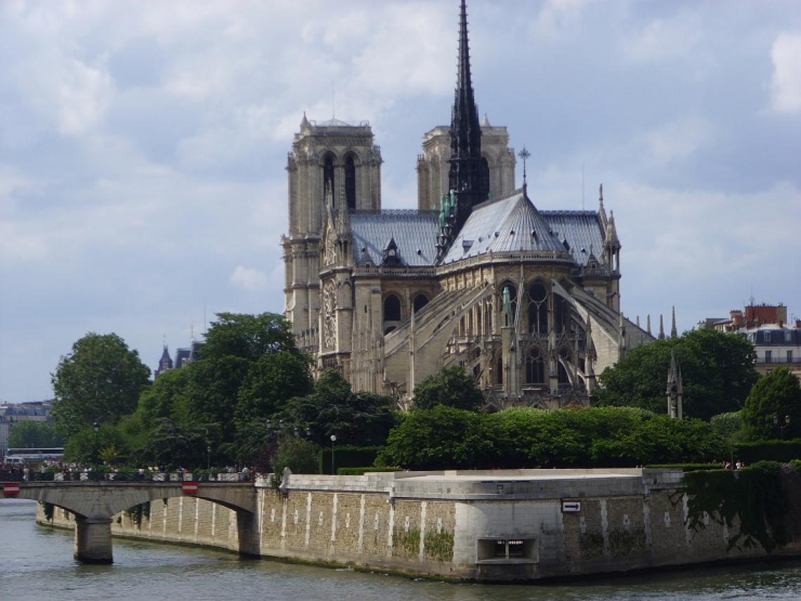 O estilo arquitetônico da Catedral de Notre-Dame de Paris é o gótico clássico e original.