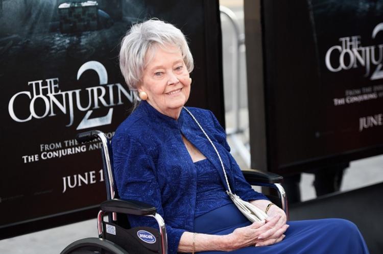 A investigadora de fenômenos paranormais, Lorraine Warren, inspirou a franquia de terror Invocação do Mal, junto de seu marido, Ed Warren.