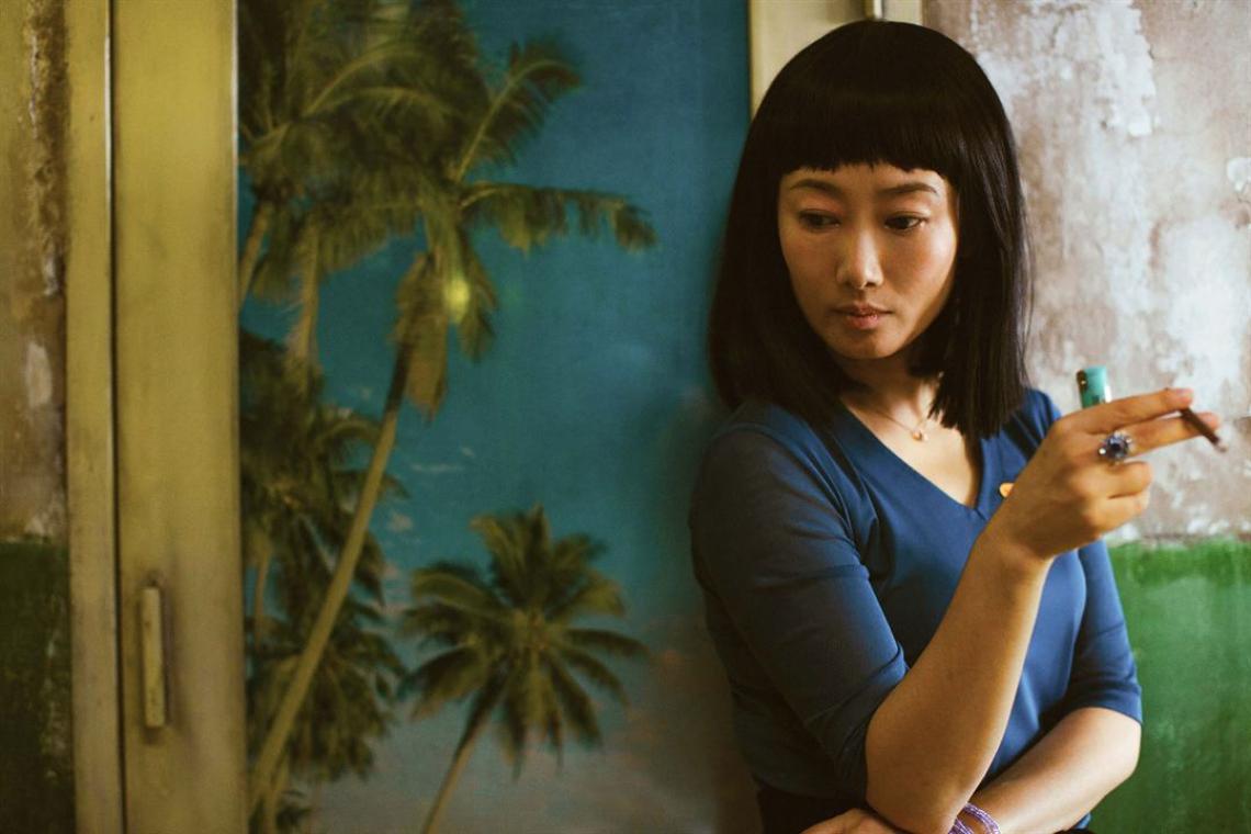 A bela e jovem dançarina chamada Qiao (Zhao Tao) se apaixonada por Bin (Fan Liao), um mafioso