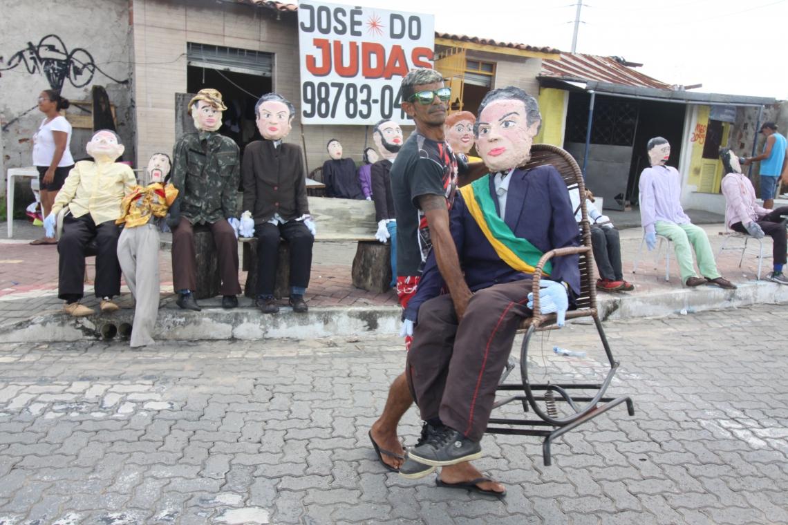 JUDAS expostos no cruzamento das avenidas Borges de Melo e Raul Barbosa