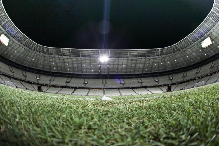Gramado da Arena Castelão passa por manutenção  (Foto: Camila de Almeida, em 7/6/2016)